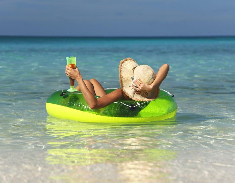 Девушка отдыхает на море